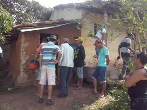 Vizinhos e familiares ficam chocados com o crime (Foto: Valmir Inácio/TV Gazeta)