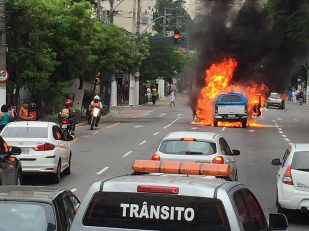 Carro da PM pegou fogo em Niterói (Foto: Camila Magalhães/ Arquivo Pessoal)