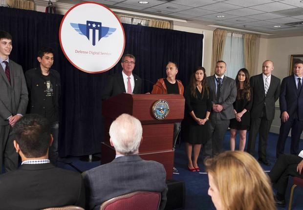"""Ash Carter, Secretário de Defesa dos EUA, anuncia os vencedores do projeto """"Hack the Pentagon"""" (Foto: U.S. Department of Defense)"""