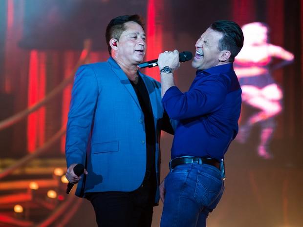 Leonardo e Eduardo Costa se encontram no palco da Arena da Festa do Peão de Barretos 2016 (Foto: Érico Andrade/G1)