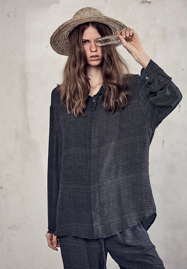 Camisa (R$ 589), calça (R$ 589) e chapéu (R$ 110), tudo Handred (Foto: Divulgação)