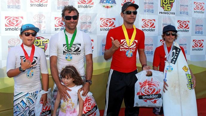 Ivan Medeiros e Kayan Medeiros / Eros Sena - Pódio da categoria Pais e Filhos em Maracaípe (Foto: Divulgação)