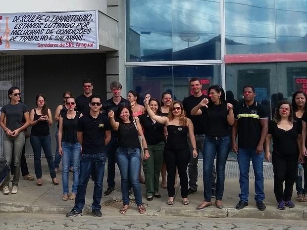 Em Araçuaí, cerca de 30 servidores aderiram à greve nesta segunda-feira (27). (Foto: Arquivo Pessoal)