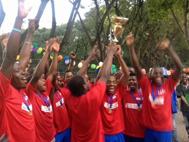 Haitianos levantam a taça de campeões (Foto: Flavia Mantovani/G1)