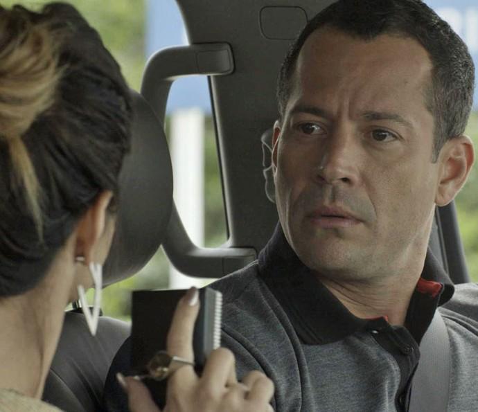 Apolo fica surpreso com a atitude da namorada (Foto: TV Globo)