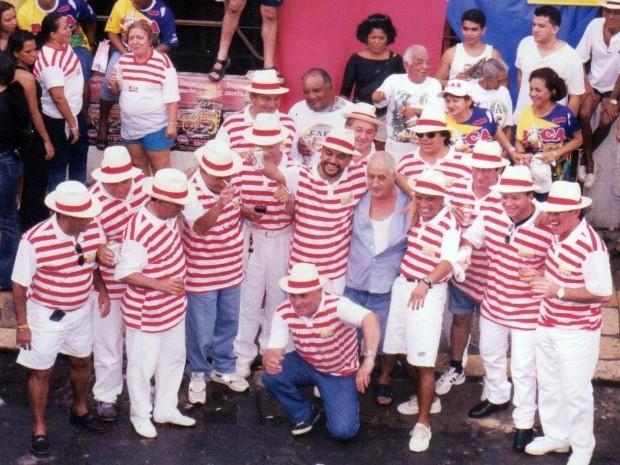 Banda da BICA reunida com Armando (de azul, no centro) em frente ao Bar. (Foto: Arquivo pessoal/ Simão Pessoa)