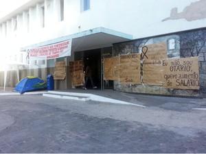 Funcionários do HSJD paralisam por tempo indeterminado em Divinópolis, MG (Foto: Marina Alves/G1)