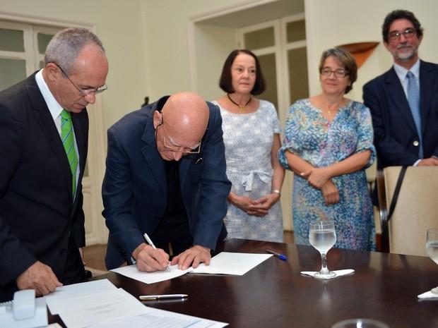Governador paulo Hartung e Sebastião Salgado assinam termo de cooperação (Foto: Thiago Guimarães/Secom-ES)