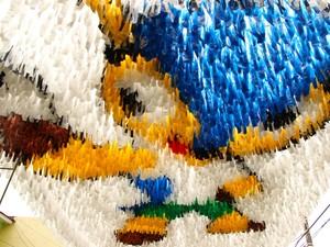 Fuleco de fitas foi o item de maior complexidade, conforme a comissão de ornamentação da rua  (Foto: Jamile Alves/G1 AM)