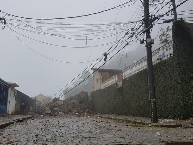 Deslizamento de rochas em Petrópolis (Foto: Bruno Rodrigues/G1)