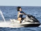 Rihanna anda de jet ski, posa para fãs e se esbalda em praia de Barbados