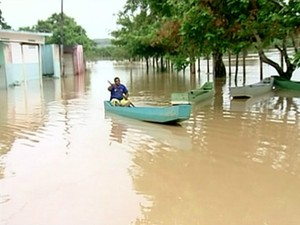 Alguns moradores estão usando barcos para se locomover (Foto: Reprodução/ TV Gazeta)