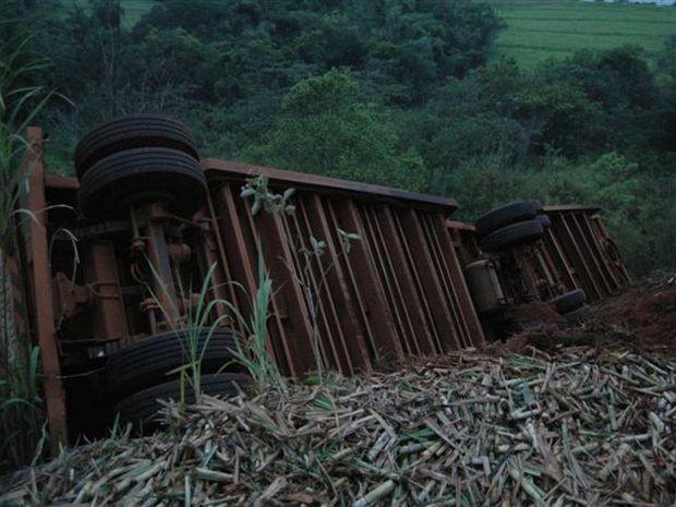 Caminhão tombou em vicinal (Foto: Divulgação / Joãozinho - Rádio Tupã )
