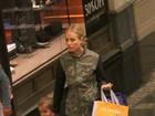 Angélica passeia com a filha em shopping no Rio