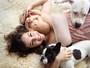 Regiane Alves posa com o filho caçula para calendário beneficente