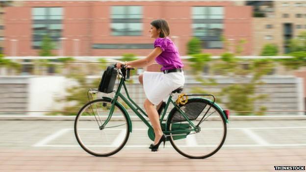 Os benefícios de pedalar para o trabalho vão além do bem-estar físico, segundo o estudo (Foto: Thinkstock/BBC)