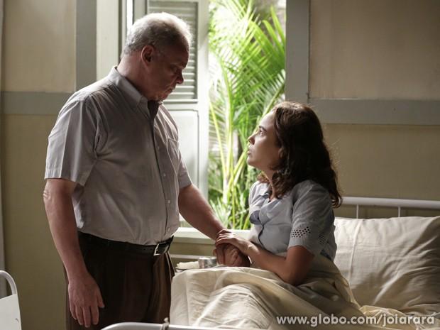 Marta diz para Salvador que ele precisa revelar a verdade para a filha de Heitor (Foto: Fábio Rocha/TV Globo)