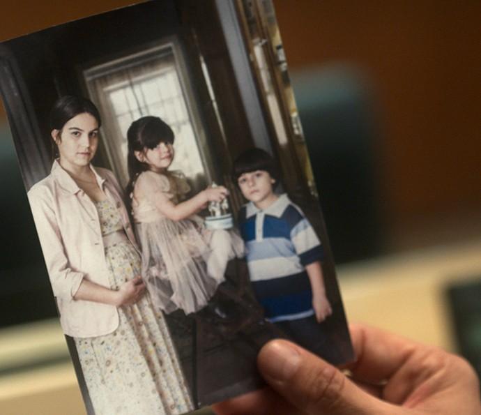 Pedro encontra foto de Carmem nas coisas de Fausto (Foto: TV Globo)