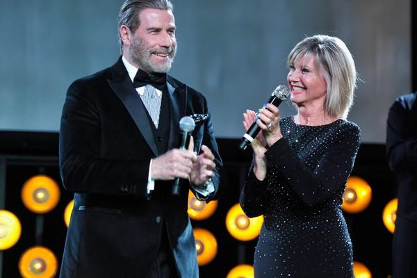 O ator John Travolta e a atriz e cantora Olivia Newton-John durante um evento de gala realizado em Los Angeles (Foto: Getty Images)