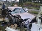 Homem morre após carro bater em poste e banca de frutas no RS