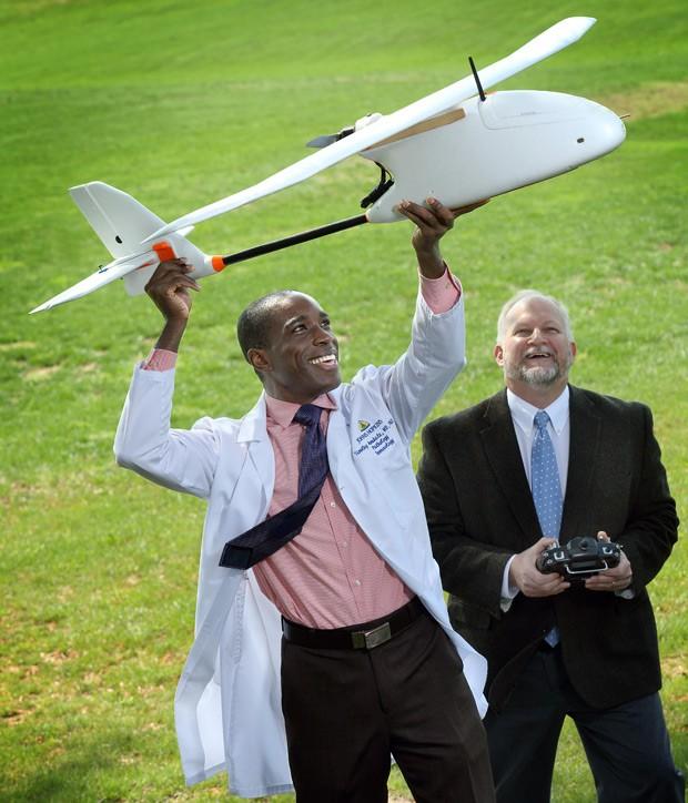 Médico patologista Timothy Amukele (esq.) fez parceria com Robert Chalmers e outros engeneiros para criar um sistema de correio por drone para transportar amostras de sangue para exame  (Foto: Johns Hopkins Medicine/Divulgação)