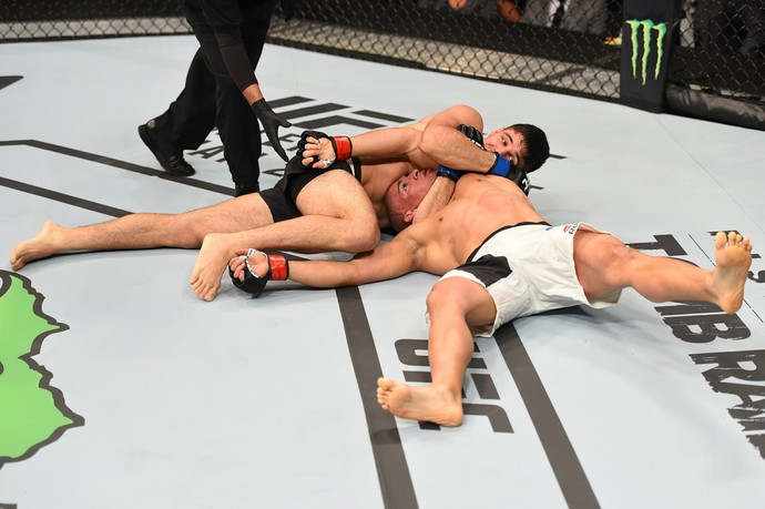 Vicente Luque finaliza Hayder Hassan no UFC Orlando (Foto: Getty Images)