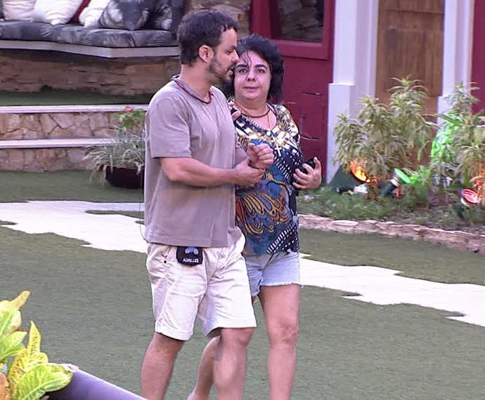 Adrilles e Mariza conversando no jardim da casa do BBB15 (Foto: Tv Globo)