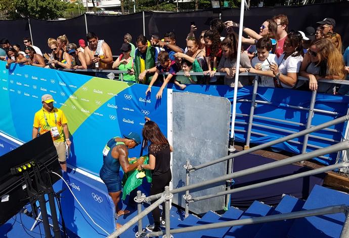 Isaquias Queiroz autografa bandeira do Brasil canoagem Lagoa  (Foto: Leonardo Filipo)