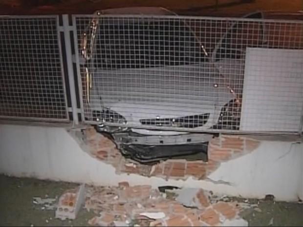 Carro parou ao bater em muro (Foto: Reprodução / TV TEM)