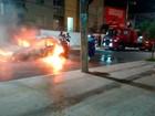 Carro pega fogo no bairro do Rio Vermelho; veículo fica destruído