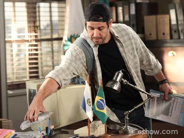 Jonas espera Aroeira sair para roubar HD (Foto: Camila Camacho/TV Globo)