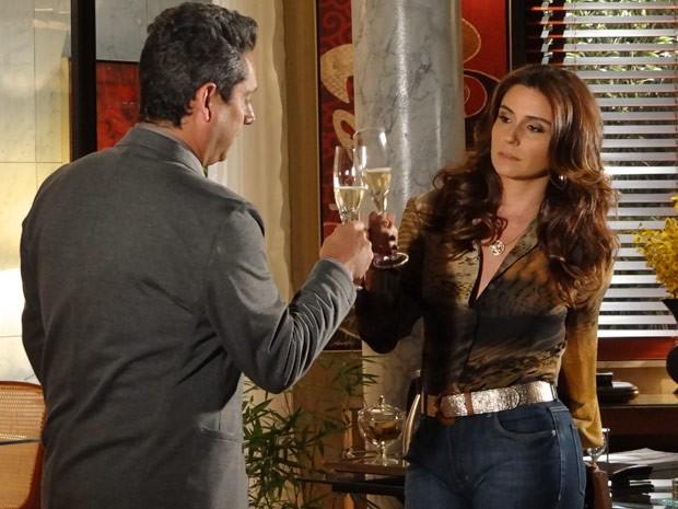 A contragosto, Helo brinca com Stenio e aceita a surpresa (Foto: Salve Jorge/TV Globo)