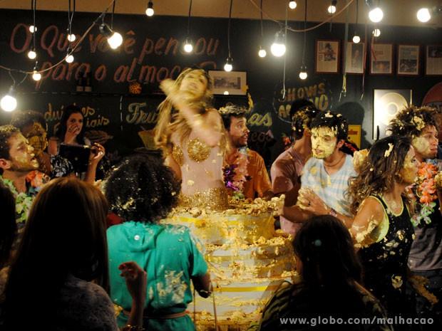 E rola a guerra de bolo!!!!!!!!!!1 (Foto: Malhação/ TV Globo)