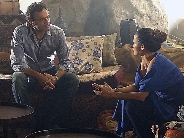 Zyah leva Morena para a sua caverna (Foto: Salve Jorge/TV Globo)