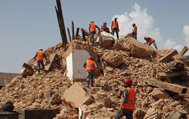 Soldados nepaleses reviram destroços de templo destruído por terremoto no Nepal em foto deste sábado (2) (Foto: Niranjan Shrestha/AP)