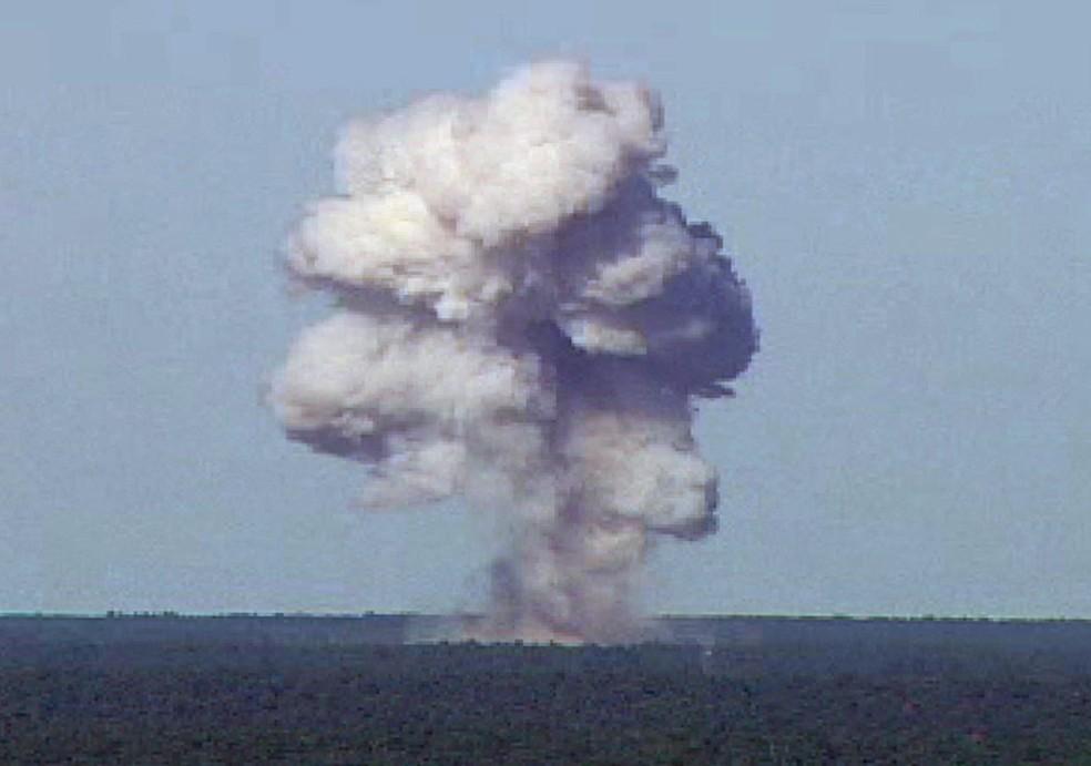 Imagem de arquivo mostra teste da bomba MOAB GBU-43/B em novembro de 2003 em base aérea da Flórida, nos EUA (Foto: Air Force photo/Handout via REUTERS)