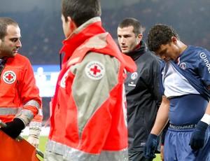 Thiago Silva lesionado na partida do PSG (Foto: Reuters)