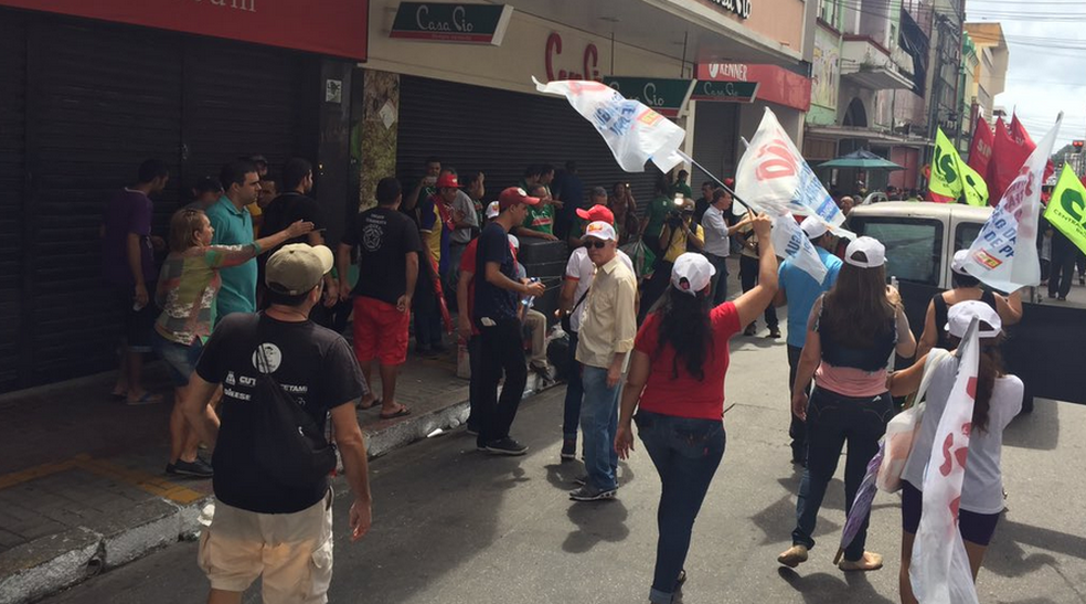 Ato reúne manifestantes no Centro; Parte das lojas fechou durante protesto em Fortaleza (Foto: Kléber Dias)