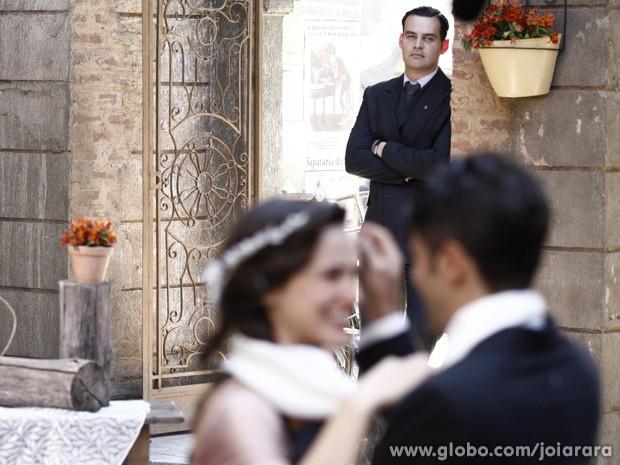 Manfred aparece de surpresa e se declara para Amélia (Foto: Inácio Moraes/TV Globo)