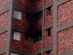 Fogo atingiu 4º andar de prédio no centro de São José dos Campos (Foto: Edson Santos/ Vanguarda Repórter)