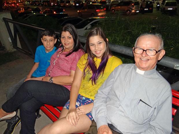 Pai-padre Belmiro Humberto com a filha e dois netos (Foto: Priscila Miranda / G1)