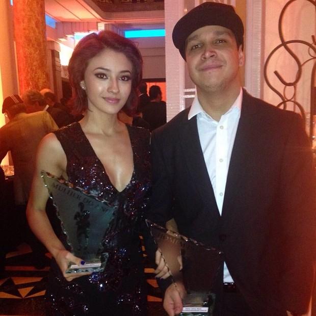 Carolina Oliveira e o namorado, Felipe Mojave, em prêmio em São Paulo (Foto: Instagram/ Reprodução)