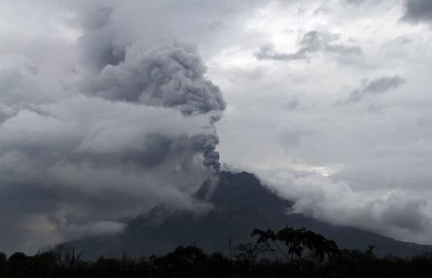 Vulcão do Monte Sinabung aumentou sua atividade. (Foto: Roni Bintang/Reuters)