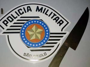 Polícia Militar apreendeu uma faca e uma munição calibre 32 (Foto: Polícia Militar/Cedida)