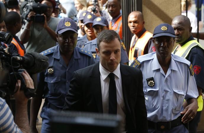 Oscar Pistorius chegando julgamento (Foto: Reuters)