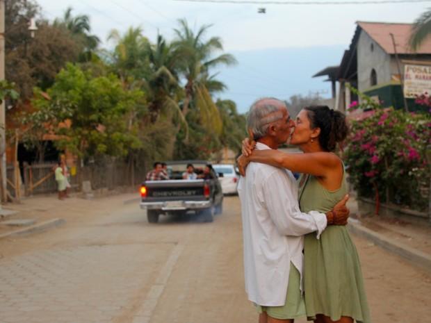 Beijo em uma rua de Oaxaca, México. Essas demonstrações de afeto não têm um efeito apenas sobre quem se beija, interpreta Lehmann, mas também sobre quem assiste (Foto: Ignacio Lehmann/BBC)