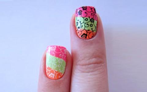 Tutorial de nail art com carimbo. Confira