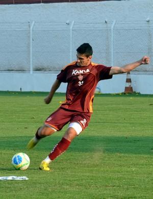Willian Favoni acertou a bola dentro da caixa d'água do CT do Boa Esporte (Foto: Tiago Campos)