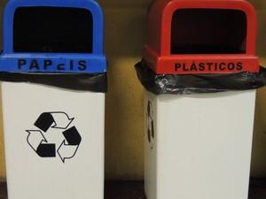 Lixeiras para lixo reciclável (Foto: Gladys Peixoto/G1)