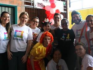Organizador do evento (no canto direito) diz que ajudar vale a pena (Foto: Rickardo Marques/G1 AM)